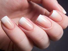 Suaviza una manicura francesa con un terminado ombré. | 25 llamativos y minimalistas diseños de arte para las uñas