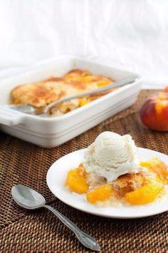 Персиковый коблер.  Коблер - это фруктовый пирог очень простой в приготовлении и сказочно вкусный. Легкий! Летний! и Солнечный!  Вам потребуется:  Для начинки: 500 г персиков, очищенных от кожуры, без косточек; каждый нарезать на 8 долек 1/2 ст. сахара 1 столовая ложка свежевыжатого лимонного сока  Для теста: ½ стакана муки ½ стакана сахара ½ чайной ложки разрыхлителя ⅛ чайной ложки соли ½ чашки молока  4 столовые ложки несоленого масла, растопленного для формы Чашка 240 мл. Форма для…
