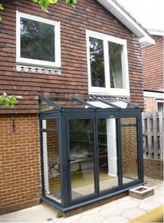 front of house with glass porch Screened In Porch Diy, Screened Porch Decorating, Screened Porch Designs, Deck Decorating, Extension Veranda, House Extension Design, Glass Extension, Rear Extension, Extension Ideas