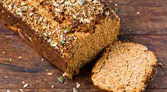Eiweißbrot ist die Lösung, wenn man weniger Kohlenhydrate essen will, aber auf Brot nicht verzichten möchte. Oder? Ist Eiweißbrot wirklich eine Alternative und hilft beim Abnehmen? Oder enthält es dafür zu viel Eiweiß und Fett?