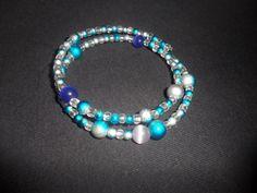 Super schicker Spiralarmreif mit hochwertigen Bali-, Cateye- und Glasperlen in tollen Türkis-/Blautönen. Passt sich flexibel an jedes Handgelenk an. Super, Bali, Beaded Bracelets, Etsy, Jewelry, Fashion, Glass Beads, Chic, Wristlets