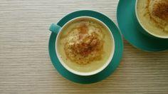 Owocudo: gruszka (2 szt.), awokado (1 szt.), baobab w proszku (0,5 łyżeczki), chili, świeży sok ananasowy (250 ml), dekoracja (miód, cynamon).
