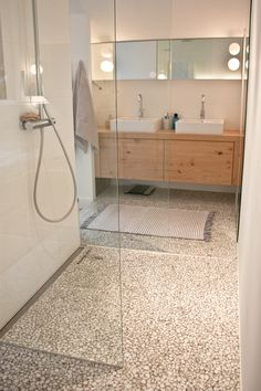 Nature inspired bathroom I Riverstones on the floor, sand colour wall tiles and rustic wood sink cabinet Stone Bathroom, Bathroom Spa, Bathroom Fixtures, Bathroom Interior, Small Bathroom, Master Bathroom, Saunas, Dream Bathrooms, Bathroom Styling