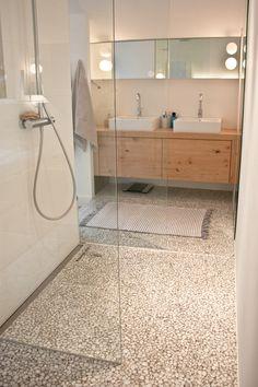 #badkamer met gietvloer. Beter een motief dan een echt keienstrand. #onderhoudsvriendelijk #vloer