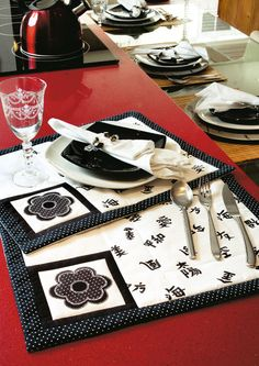 Jogo americano black and White Table Runner And Placemats, Quilted Table Runners, Mug Rug Patterns, Fabric Coasters, Place Mats Quilted, Scrap Material, Patch Aplique, Sewing Table, Mug Rugs