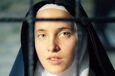För tio år sedan gick den då 19-åriga Marta in i Karmelitorden. Som syster Maria av bebådelsen i skånska Glumslöv får hon bara träffa sina föräldrar och syskon sju gånger om året i ett gallerförsett besöksrum. I morgon är det premiär för Maud Nycanders dokumentär Nunnan, om Martas liv i kloster.