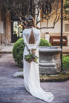 White elegant gowns are relevant all the year round. We are picked out the most wanted styles and silhouettes of white wedding dresses. Weeding Dress, Wedding Dress Sleeves, Long Sleeve Wedding, Simple Sexy Wedding Dresses, Minimalist Wedding Dresses, Ivory Wedding, Wedding Gowns, Backless Wedding, Beauty And More