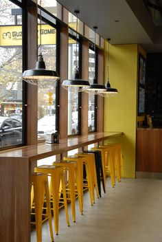 Guzman Y Gomez Restaurant - Industrie mit Käfigleuchten - cafe - Restaurant Cafe Restaurant, Restaurant Seating, Bistro Interior, Restaurant Interior Design, Industrial Restaurant Design, Cozy Cafe Interior, Coffee Shop Design, Cafe Design, Cafe Seating