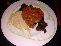 Ensalada de humus con berenjena escabechada, tomate especiado y aceite de sésamo del Restaurante La Viña de San Francisco, Bilbao