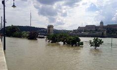 árvíz budapest 2013 - Google keresés Budapest, Climate Change, Paris Skyline, Louvre, Building, Travel, Retro, Google, Nice Asses