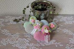 Jag har virkat några små hjärtan. Gjorda i Tildagarn med virknål nr 2,5. Du kan göra två olika varianter av hjärta, mönstret här nedan g... Knitted Heart, Paracord, Cute Animals, Crochet Patterns, Arts And Crafts, Kids Rugs, Dolls, Crochet Hearts, Knitting