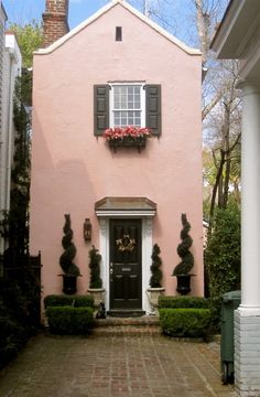 This is post 1 of 2 about my President's Day trip to Charleston, SC. I was there for a college visit (College of Charleston. Pink Houses, Little Houses, Dream Houses, Exterior Design, Interior And Exterior, Black Exterior, Tout Rose, Casa Patio, Tudor Cottage