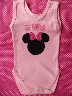 Body (ou camisa) para bebê, personalizado com nome, bordado à mão, em diversas cores (sob consulta).  Tecido 100% algodão. Prazo de confecção de até 7 dias.   Tamanhos P, M, G.  BODY REGATA: R$42,00 BODY COM MANGA: R$44,00 CAMISA BABY COM MANGA E BOTÃO NO OMBRO (P, M e G): R$44,00 CAMISA MANGA CURTA TAMANHOS 2, 4, 6, 8 e 10: R$44,00  VALOR REFERENTE A 01 NOME.  A CADA DEMAIS ACRESCIDO AO BORDADO, SERÁ ADICIONADO O VALOR DE R$7,00.  (Além do prazo de confecção, deverá ser acrescido o tempo de…
