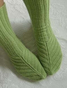 Non-traditional placement of gusset increases. FREE - Ravelry: Project Gallery for Arch-shaped socks pattern by Jen Showalter