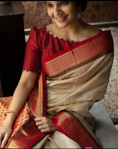 Blouse Designs High Neck, Cotton Saree Blouse Designs, Simple Blouse Designs, Stylish Blouse Design, Bridal Blouse Designs, Latest Blouse Designs, Blouse For Silk Saree, Shagun Blouse Designs, High Neck Saree Blouse