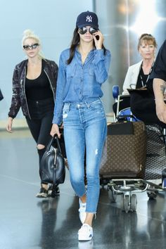 Kendall Jenner Goes Double Denim for Met Gala Flight . Kendall Jenner wears a denim top and jeans while exiting JFK Airport after landing in New York City on Sunday (May Kendall Jenner Outfits, Kendall Jenner Mode, Kylie Jenner, Cap Outfits For Women, Outfits With Hats, Casual Outfits, Clothes For Women, Mode Outfits, Looks Camisa Jeans
