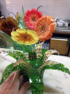 Flores com fundos de garrafas de plástico