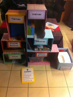 Talentenwinkel gemaakt van kartonnen dozen.