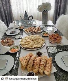 27 Ideas for breakfast food table Eid Breakfast, Moroccan Breakfast, Breakfast Recipes, Cute Food, Yummy Food, Morrocan Food, Ramadan Recipes, Food Decoration, Arabic Food