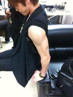 Enjoy those strong arms ladies 😍 Singer One, Shinee Jonghyun, My Heart Hurts, Kim Kibum, Korean Bands, Googie, Cute Creatures, Good Looking Men, Asian Men