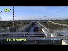 Maximakanaal Sluis Empel - Schutten Containerschip - YouTube