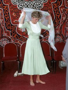 الأميرة ديانا تستعد لزيارة جامع الأزهر في القاهرة عام 1992.