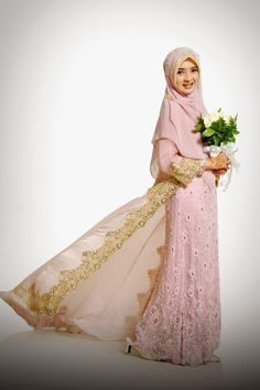 If you want to use the Shariah model at a wedding, this will not be a barrier to staying elegant. A wedding dress with a Shariah model with a hijab that covers part of the body with a long tail and a border and swarovski access at the end. Muslimah Wedding Dress, Muslim Wedding Dresses, Hijab Bride, Muslim Brides, Bridal Dresses, Bridesmaid Dresses, Dress Muslimah, Muslim Couples, Wedding Hijab Styles