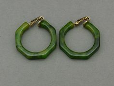 Spinach green Bakelite clip earrings, USA 1940s - Glitzmuseum -
