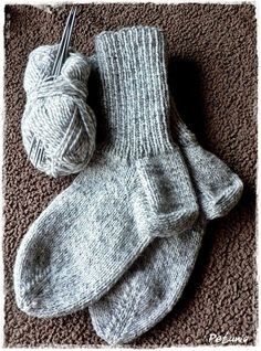 Sokker steg for steg m/bilder og str.tabell fra 2 år til voksen - garn Knitting Socks, Baby Knitting, Knit Socks, Bra Storage, Baby Boy Booties, Big Knits, Knitting Videos, Jewelry Case, Wool Yarn