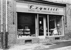 """Exquisit-Läden waren Bekleidungsgeschäfte in der DDR. Die Exquisit-Läden wurden seit 1962 auf Beschluß des Ministerrates geschaffen und 1976 durch die Delikat-Läden ergänzt. Beide Handelsketten sollten den """"gehobenen Bedarf"""" abdecken. Für den DDR-Bürger waren die Modeartikel jedoch oft finanziell unerreichbar.  Hier in diesem Geschäft in Torgau konnte man schon gute Waren wie Pralinen, Schokolade, Kaffee, Kakao und anderes kaufen. Das Foto entstand 1967."""