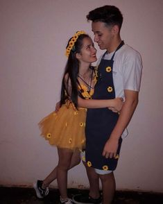 Sunflower and Gardener Halloween Costume Idea for Couples Halloween costume 14 Affordable & Cute DIY Halloween Costumes for Couples Couples Halloween, Cute Couple Halloween Costumes, Best Couples Costumes, Halloween Kids, Costumes Kids, Couple Costumes, Vsco Girl Halloween Costume, Halloween Outfits, Halloween Disfraces