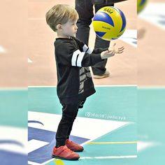Małym i dużym dzieciom życzę, aby nigdy nie wyrastały z marzeń 🌟 Żeby zarażały magiczną wyobraźnią i niebywałą wiarą 👶👱👨👵 #dzieńdziecka #childrensday #Winiarski #junior #skra #pgeskra #kids #volleyfamily #siatkówka #volleyball #plusliga #sport #photo #polishboy