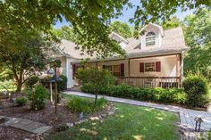 Nicely kept home in Granville Woods neighborhood.  Tile flr. Entry, DR w/tile flrs. and trey ceilings.  Eat in…