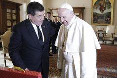 El papa Francisco y el presidente de Paraguay, Horacio Cartes, se reunieron por tercera vez y el encuentro de hoy en el Vaticano sirvió para recordar el viaje del pontífice al país y repasar la situación política y social en Latinoamérica.</p>