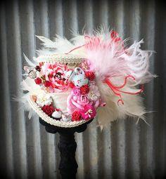 Thee iedereen? Hoe zou iemand u weigeren? Natuurlijk neem ze wat thee als u deze cutie hoed draagt! De thee-cup is klaar om te serveren een druppel of twee van uw beste brouwsel samen met een lekkere kleine taart klaar. Het boeket bloemen van papier... Zo lief! Een comfortabele elastische Tea Hats, Red Rose Tea, Paper Bouquet, Derby Hats, Alice In Wonderland, Red Roses, Mini, Party, Handmade