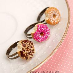 Berliner Ringe Verkauf!, Miniatur Essen, Kawaii-Donut-Ringe, Berliner Schmuck, Essen Ring, Fimo Ringe, rosa Donut, Schoko Donut ♥♥♥ KAUFEN MEHR MEHR $$$ ZU SPAREN!!! ♥♥♥ ● 1 Ring - $15 ● 2 Ringe - $27 ● 3 Ringe - $39 + 1 zusätzliche Klingeln kostenlos (Sie erhalten 4 Ringe!) ** Wenn Sie mehr als 1 Ring kaufen und verschiedene Geschmacksrichtungen wollen, lassen Sie eine Notiz in Ihrer Bestellung, welche Geschmacksrichtungen Sie möchten Sie können Ihre Lieblings Berliner wählen: ● Puderzu...