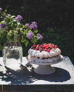 Pavlova - herkullinen marenkikakku raparperilla ja marjoilla - ku ite tekee Pavlova, Acai Bowl, Paper Crafts, Breakfast, Blog, Mascarpone, Acai Berry Bowl, Breakfast Cafe, Paper Craft Work