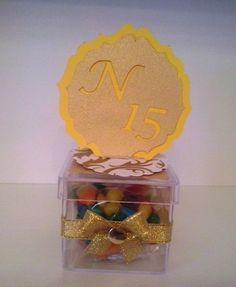 Caixinha acrílica com confetes, personalizado, para lembrança de 15 anos.