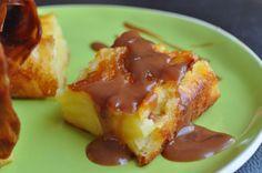 Voici pour aujourd'hui une recette bien simple mais pourtant délicieuse. J'ai d'ailleurs tellement aimé que j'en ai fait deux dans la même journée... pour un gateau carré de 20 cm x 20 cm : 2 oeufs 70 g de beurre 1 pot de yaourt (125 g) 5 pommes (ou 4...