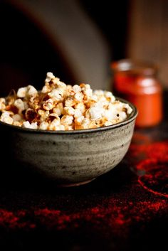 This stove-top recipe for Garlic Parmesan Popcorn is addicting! Sprinkled with smoked paprika, its the perfect snack for movie night. Popcorn Snacks, Popcorn Recipes, Snack Recipes, Dessert Recipes, Popcorn Bowl, Desserts, Pop Popcorn, Easy Snacks, Yummy Snacks
