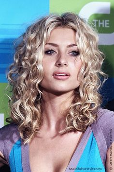 alyson michalka curly hair - love! Curly Hair With Bangs, Short Wavy Hair, Hairstyles With Bangs, Curly Blonde, Curly Hair Styles, Medium Length Curly Hairstyles, Blonde Curls, Medium Curly, Medium Hair Cuts