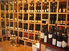 Casiers bouteilles, casier vin, rangement du vin, aménagement cave, casier bois, cave à vin, meuble bouteilles, meuble vin. Installation de notre gamme Stapel dans une boutique.