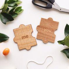 Nous savons que l'amour dans votre vie, c'est quun ajustement parfait tout comme cette pièce du puzzle carte You & Me. Ces deux pièces sont destinés à être!  Toutes nos cartes proviennent de bois durable et sont découpées pour tailler chaque design unique au laser. Montrer un spécial à
