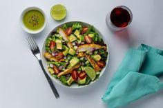 Almoço picante com salada de abacate, frango e molho jalapeño | MdeMulher