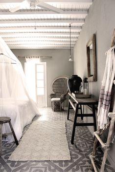 wzorzysta podłoga + szare ściany + biały, drewniany sufit + fotel typu peacock