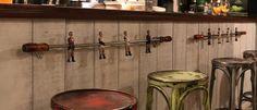 Barras de futbolín como colgadores de bolsos... en Zielo Vintage, una cafetería sostenible con encanto en León