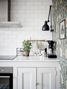 Kitchen corner where subway tiles meet antique wallpaper in a home in Göteborg, Sweden. Ceramic and cut metal art help blend the two styles together. Kitchen Wallpaper, Kitchen Interior, Kitchen Inspirations, Kitchen Corner, Kitchen Remodel, Kitchen Decor, Kitchen Countertops, Kitchen Dining Room, Home Kitchens