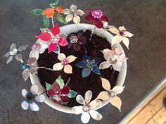 Blomster av streng og neglelakk ;-)