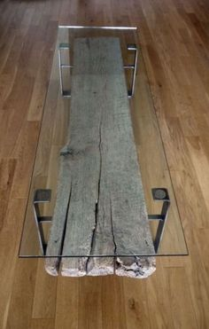 Ein Couchtisch aus Holz fügt Wärme und Natürlichkeit im Wohnzimmer bei Dinning or coffee table by ticino design . Idea : Also gives u the possibility to create a table setting decor underneath the glass to fully use the table top !