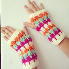 Fingerless Gloves Crochet Pattern, Fingerless Mittens, Knitted Gloves, Cute Crochet, Crochet Crafts, Crochet Projects, Crochet Afgans, Crochet Quilt, Crochet Wrist Warmers